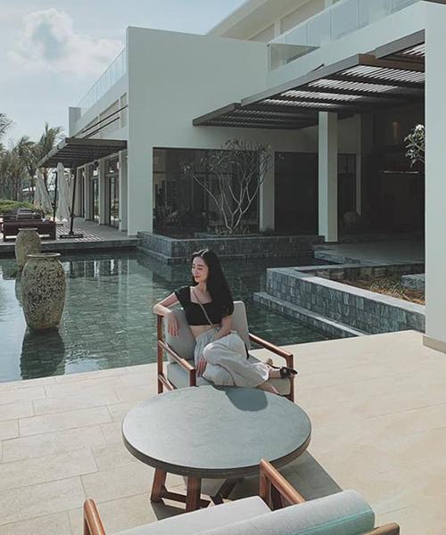 Jun Vũ ngồi tắm nắng giữa resort sang chảnh.