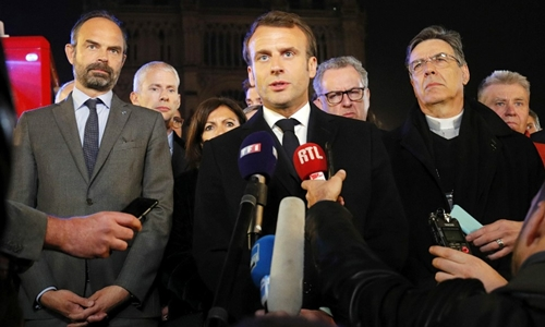 Tổng thống Pháp Emmanuel Macron (giữa) phát động chiến dịch quyên góp toàn cầu phục dựngNhà thờ Đức Bà Paris. Ảnh: The Local.