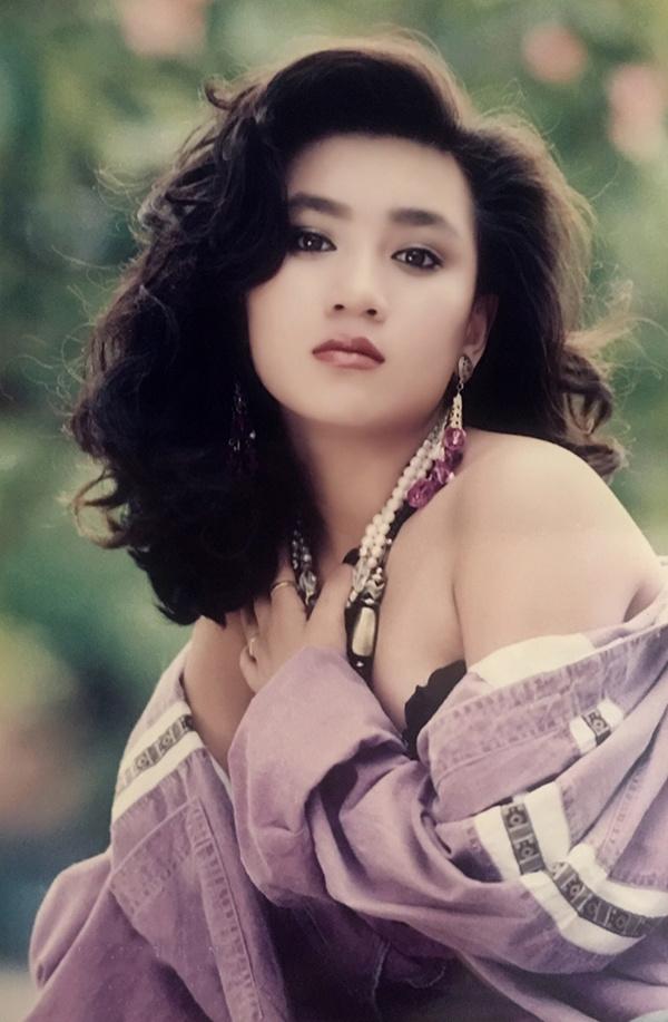 """<p> <strong>3. Y Phụng</strong><br /> Y Phụng có vẻ đẹp khác biệt so với các """"nữ hoàng ảnh lịch"""" cùng thời. Cô hướng đến phong cách sexy và được mệnh danh là """"quả bom sex"""" của màn ảnh Việt những năm đầu thập niên 90.</p>"""