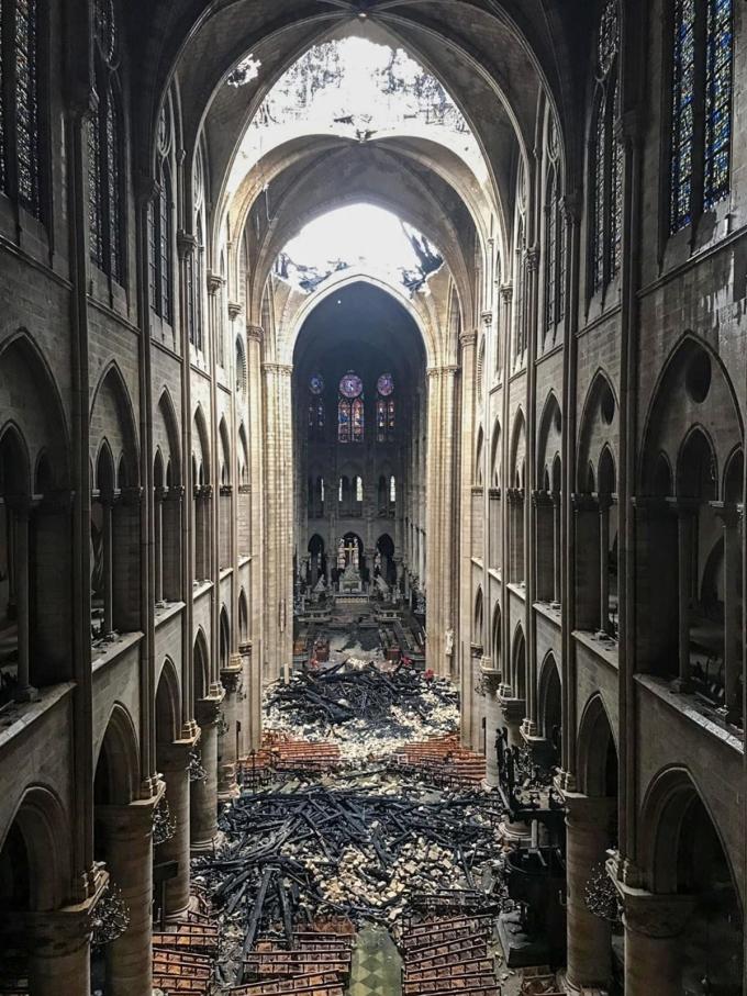 <p> Lối vào thánh đường ngổn ngang gạch đá.<br /><em>Ảnh: AFP</em></p>