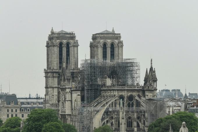 """<p> Sau khi dập tắt ngọn lửa cuối cùng, ánh sáng ban ngày cho thấy rõ thảm họa. Nhà thờ Đức Bà Paris """"cụt"""" hoàn toàn khi tháp nhọn biến mất.<br /><em>Ảnh: AFP</em></p>"""