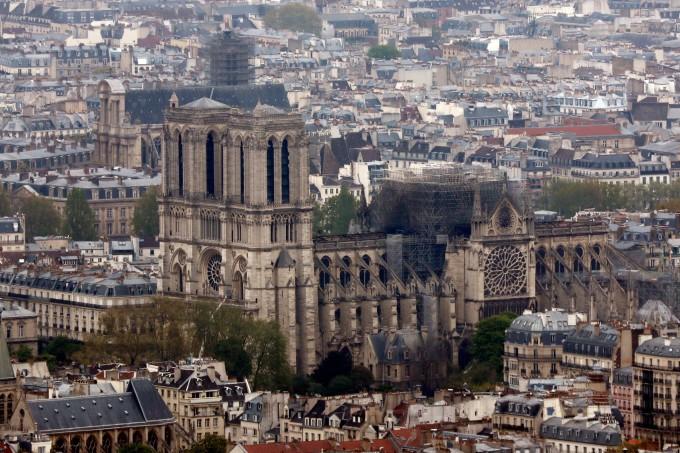 """<p> Hơn 9 giờ đồng hồ với hơn 400 lính cứu hỏa, đám cháy khổng lồ đã được khống chế. Ngày 15/4 là """"một ngày đau buồn"""" của nước Pháp khi ngọn tháp 850 tuổi ở Nhà thờ Đức Bà bị ngọn lửa thiêu rụi, phần còn lại cũng bị ảnh hưởng.<em>Ảnh: AP.</em></p>"""