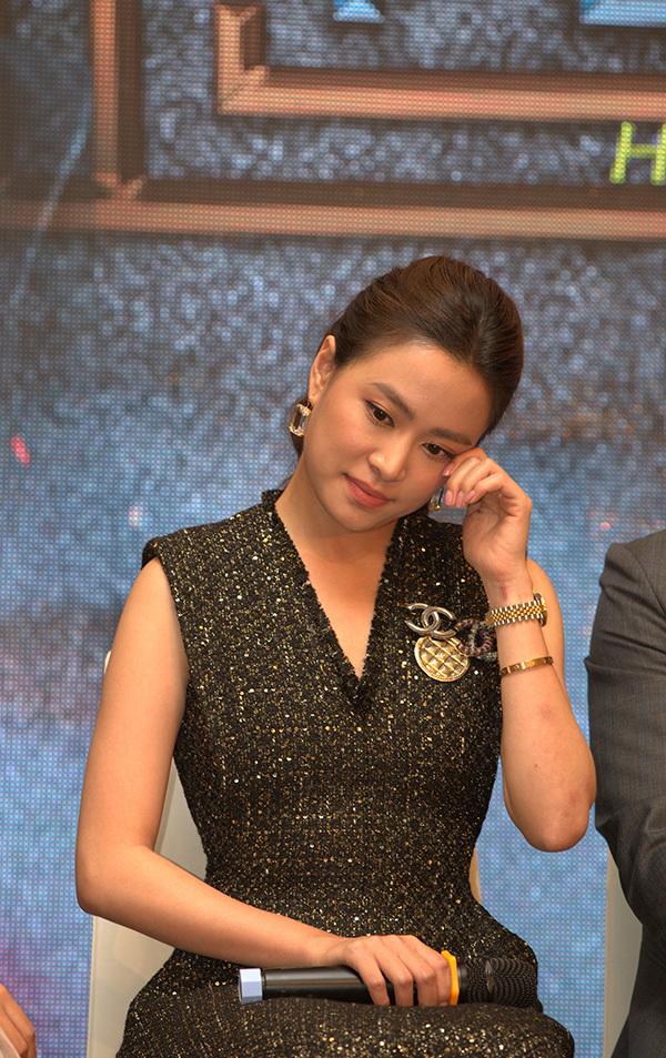 <p> Nhiều lần trong buổi họp báo, Hoàng Thùy Linh không kìm được nước mắt vì xúc động. Cô liên tục gửi lời cảm ơn đến ê-kíp làm phim, những người đã cho bản thân cơ hội được trở lại với truyền hình và cả những khán giả đã ủng hộ, theo dõi con đường nghệ thuật của cô.</p>