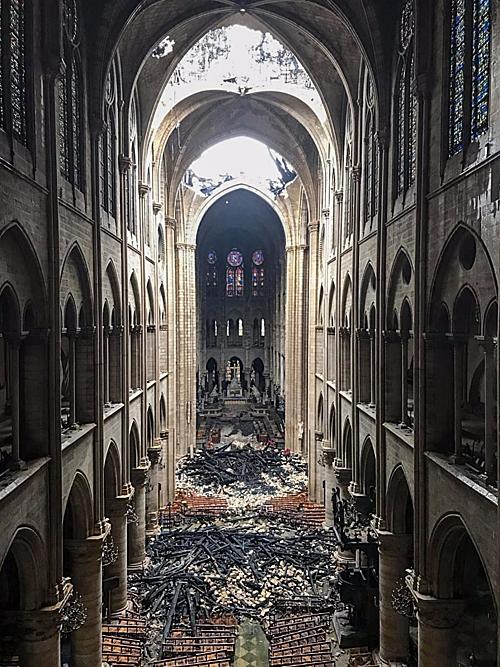Cảnh tượng ngổn ngang bên trong nhà thờ sau hỏa hoạn. Ảnh: Reuters