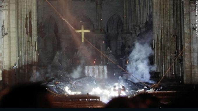 <p> Khói bốc lên trước chính điện tại Nhà thờ Đức Bà sau khi lửa nhấn chìm mọi thứ.</p>