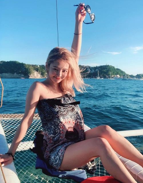 Hyo Yeon thoải mái thả dáng trên biển Philippines.