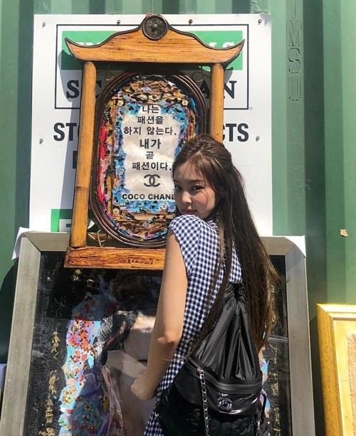 Jennie khoác túi Chanel tạo dáng trước câu nói nổi tiếng của bà hoàng Coco Chanel: Tôi không làm ra thời trang, tôi chính là thời trang.