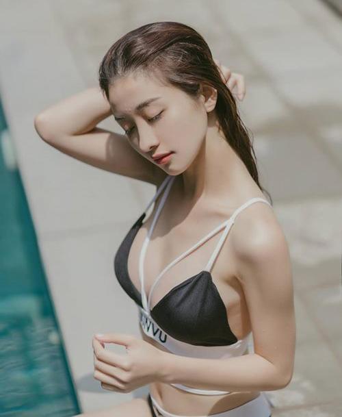 Bộ sưu tập bikini của Jun Vũ rất đa dạng, tuy nhiên đa phần là những kiểu áo khoét cổ sâu, quần cạp trễ tôn lên lợi thế vóc dáng.
