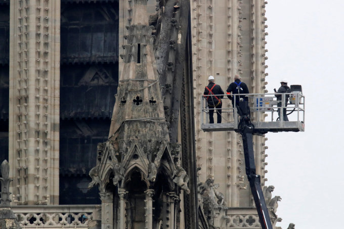 """<p> Sau hỏa hoạn kinh hoàng việc xây dựng lại Nhà thờ Đức Bà Paris có thể phải mất hàng thập kỷ. Tổng thống Emmanuel Macron - người chứng kiến đám cháy từ trên cao, hứa xây dựng lại Nhà thờ - một trong những tòa nhà dễ nhận biết nhất ở Paris. Ông Macron cho biết sẽ có một cuộc gây quỹ quốc gia để khôi phục lại biểu tượng của thủ đô. Ông cũng kêu gọi sự giúp đỡ của những """"nhân tài vĩ đại nhất"""" từ khắp nơi trên thế giới. Ảnh: <em>Nytimes.</em></p>"""