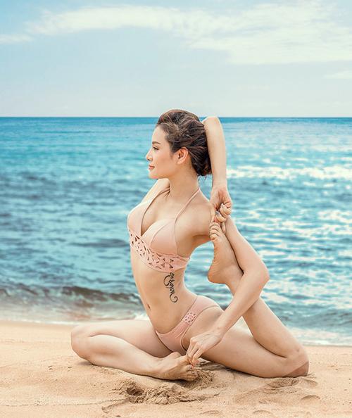 Trong những chuyến đi biển, người đẹp thường xuyên khoe khéo vóc dáng và hình xăm gợi cảm trên cơ thể bằng cách tập luyện các động tác yoga.