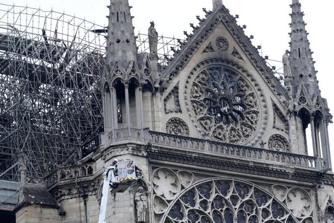 """<p class=""""Normal""""> Phần trước mặt tòa tháp và các ô cửa sổ bị khói ám đen.<br /><em>Ảnh: Reuters</em></p>"""