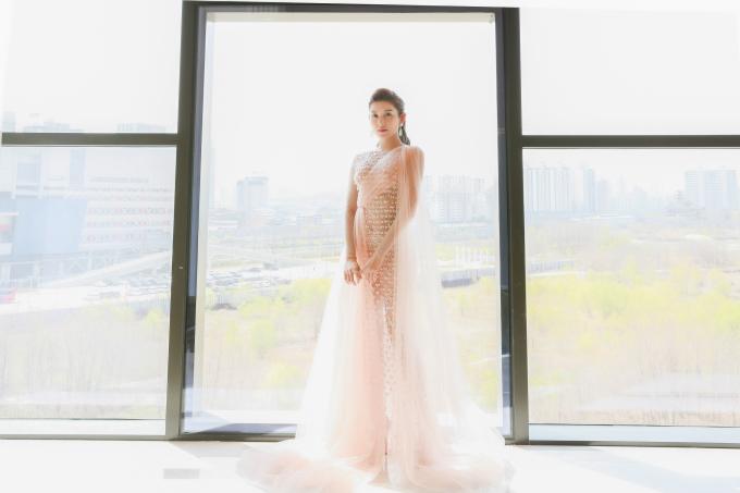 <p> Á hậu thay bộ váy dạ hội đuôi cá lấp lánh của nhà thiết kế Chung Thanh Phong, khoe đường cong hút mắt.</p>