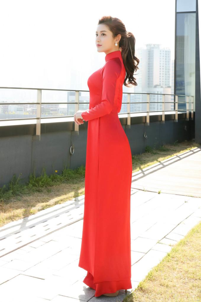 <p> Trong chuyến công tác tại Hàn Quốc, Huyền My chọn áo dài truyền thống màu đỏ.</p>