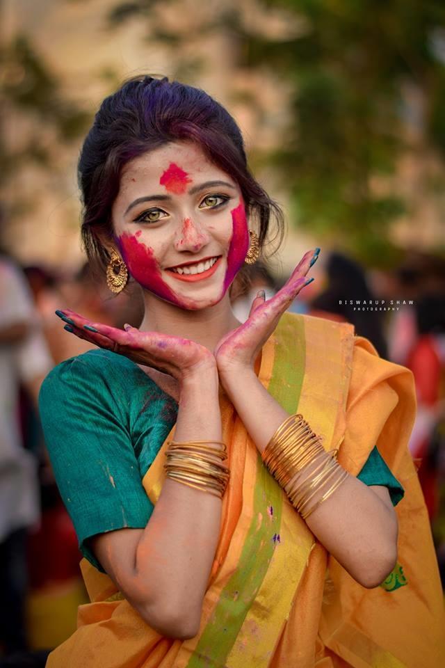 """<p> Mới đây, cô gái Ấn Độ tham dự lễ hội Holi (tổ chức vào tháng 3) với đôi mắt màu hổ phách đã làm nao lòng những trái tim """"cứng rắn"""" nhất.</p>"""