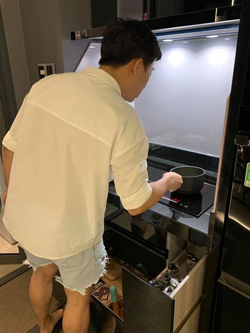 Trong khi Trấn Thành tất bật vào bếp nấu nướng cho vợ khi đi làm về muộn, Hari Won lại... đứng chụp ảnh thích thú.