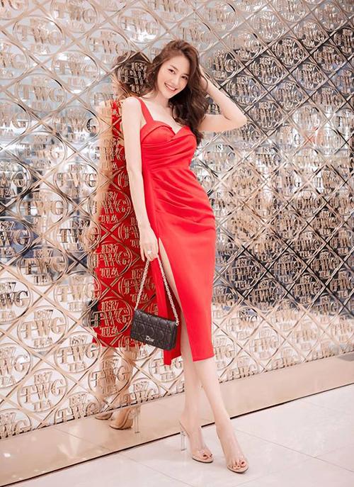 Linh Chi khoe chân dài, dáng chuẩn với váy ôm sát xẻ cao.