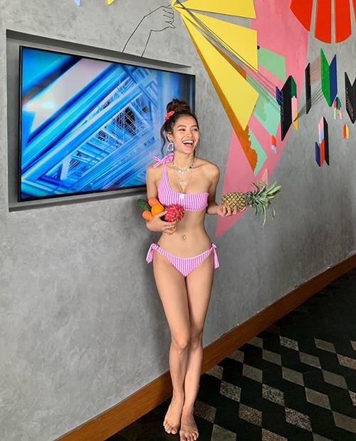 Phương Trinh Jolie khoe dáng săn chắc trong bộ bikini hồng rực.