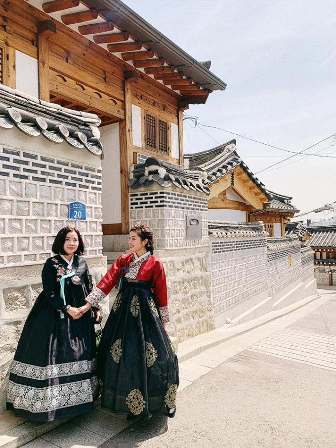 """<p> <a href=""""https://ione.vnexpress.net/photo/viet-nam/huyen-my-muon-nhan-cua-me-di-su-kien-3909370.html"""">Huyền My</a> mới đây được mẹ tháp tùng sang Seoul, Hàn Quốc tham dự một sự kiện giao lưu thương mại. Á hậu sinh năm 1995 cùng mẹ tranh thủ ghé thăm một số địa điểm du lịch nổi tiếng tại Seoul như tháp Namsan, làng cổ Hanok Bukchon, khu mua sắmMyeongdong...</p>"""