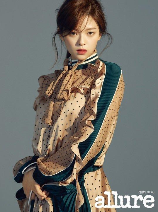 <p> Jeong Yeon có nhiều nét giống Jun Ji Hyun sau khi nuôi tóc dài. Cô nàng tomboy ''nâng tầm'' nhan sắc và là thành viên chiếm spotlight trong lần comeback mới.</p>