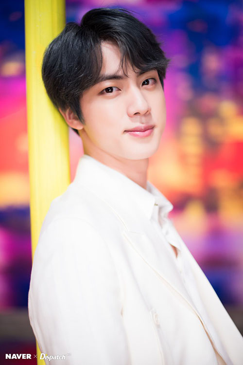 Jin bị chỉ trích vì khiêm tốn không đúng lúc.
