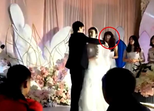Người tinh mắt nhận ra phù dâu trong đám cưới là một người đàn ông.