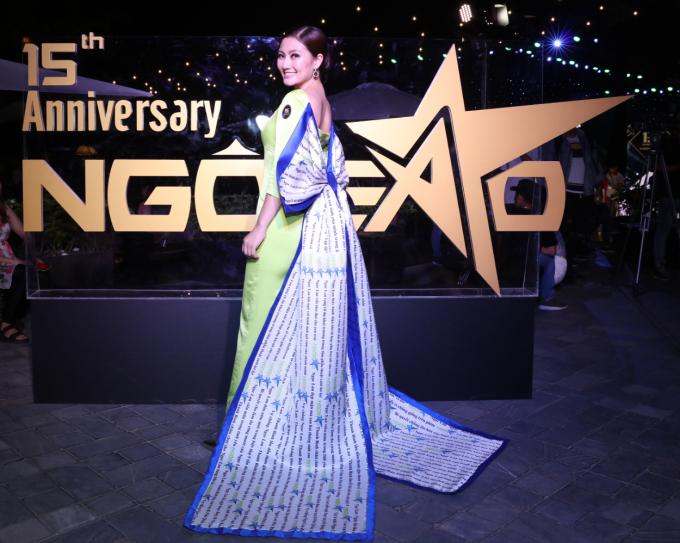 """<p> Bộ cánh Ngọc Lan lựa chọn khá đặc biệt. Cô tiết lộ nó được lấy cảm hứng từ logo của báo Ngoisao.net. Bộ cánh ôm sát màu xanh nõn chuối tôn dáng. Cô nhấn nhá bằng chiếc nơ """"khủng"""" ở sau lưng.</p>"""