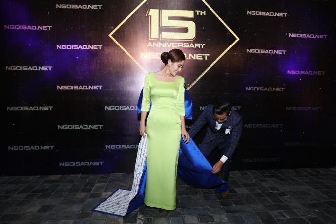 <p> Trước đó, khi xuất hiện trên thảm đỏ, Thanh Bình đã ân cần hộ tống, chỉnh sửa váy cho Ngọc Lan.</p>