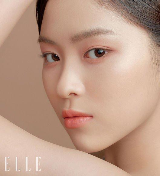 <p> Shin Ryu Jin có góc nghiêng sắc sảo tuy nhiên nhiều ý kiến cho rằng nữ idol nhìn khá mệt mỏi với cách trang điểm tự nhiên, không nhấn nhá nhiều vào đôi mắt.</p>
