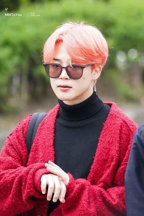 Fan đặt biệt danh strawberry boy cho Ji Min vì mái tóc cam và chiếc áo khoác đỏ rực rỡ của anh chàng.