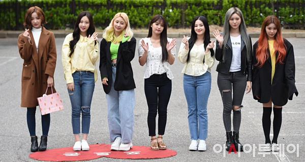 Momoland cũng có mặt ở Music Bank ngày hôm nay. 7 cô gái trang điểm kỹ càng trước giờ đi làm.
