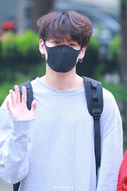 BTS sành điệu, IZONE nổi bật trên đường tới Music Bank - 3