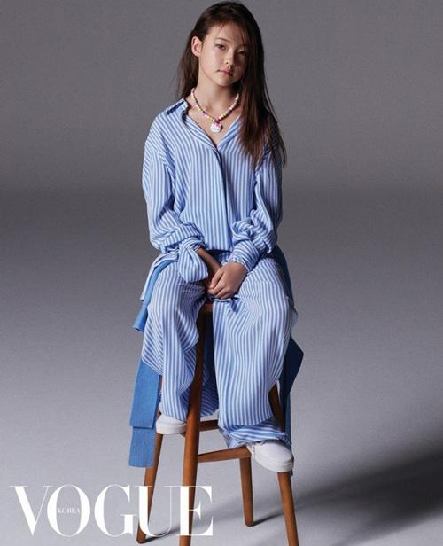 Cô bé cũng ký hợp đồng với The Black Label - công ty con của YG Entertainment (Hàn Quốc) - để đào tạo về thanh nhạc, vũ đạo.