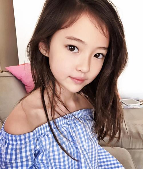 Vẻ đẹp lai Hàn - Mỹ giúp Ella nhanh chóng thành cục cưng của các thương hiệu thời trang. Cô nhóc sở hữu gương mặt thanh tú, mũi nhọn và cằm V-line không thua các đàn chị, chỉ cần để mặt mộc cũng đã đủ thu hút.
