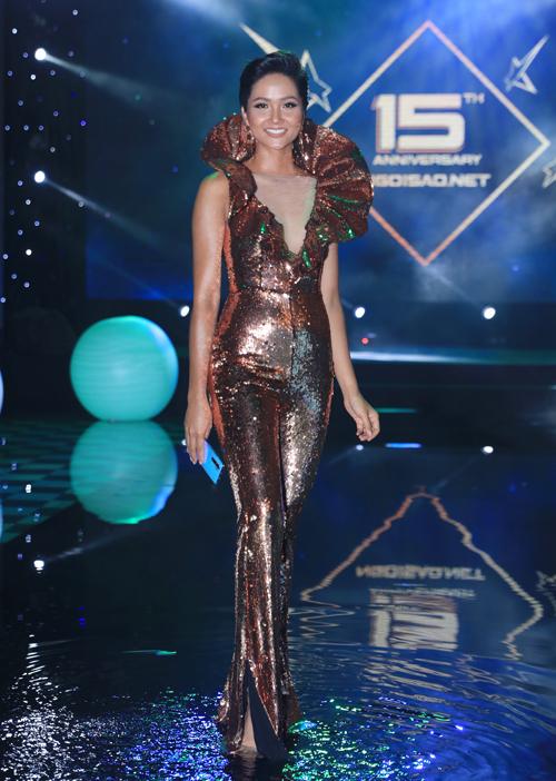 HHen Niê diện thiết kế jumpsuit đính kim sa, được biến tấu từ bộ trang phục từng được cô mang đi dự Miss Universe 2018.