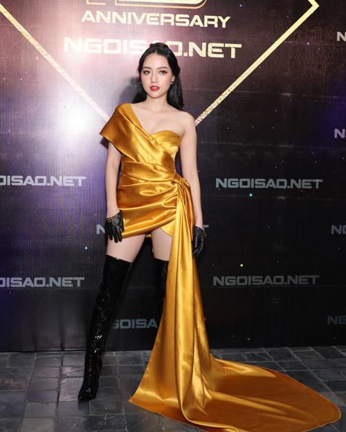 Ca sĩ Băng Di nổi bật với bộ váy vàng mù tạt bất đối xứng.