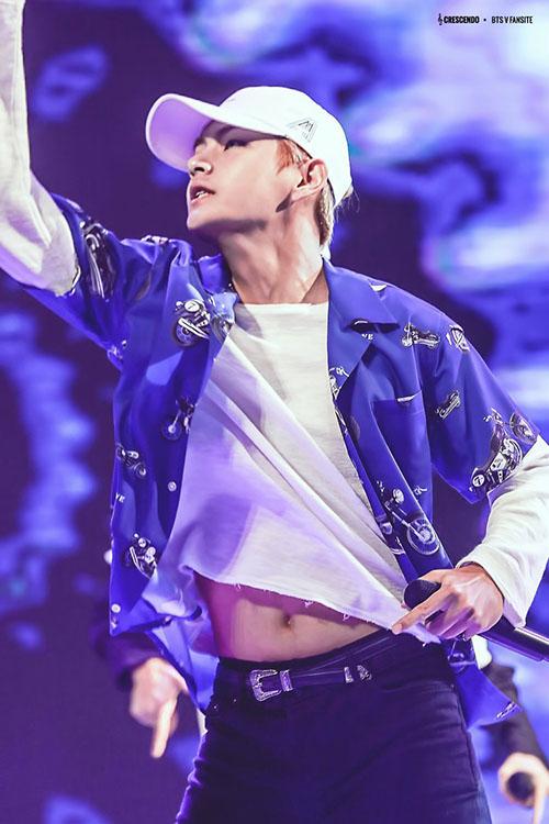 V (BTS) gây sốt khi lộ mỡ bụng trên đường đến Music Bank - 5