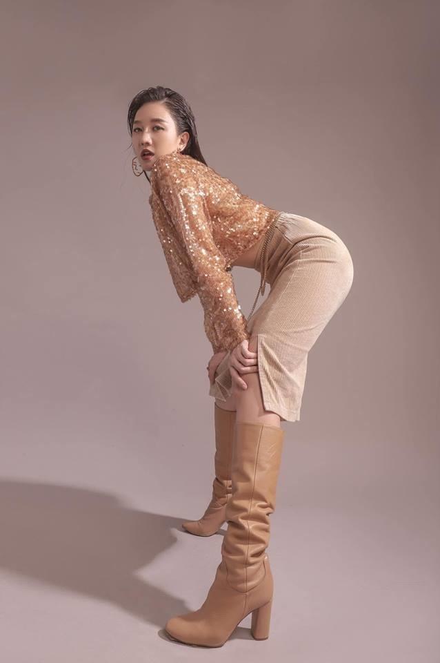 <p> Hari Won mới đây thử sức với concept lạ. Cô trang điểm sắc sảo, diện đồ cá tính và mạnh dạn thử những cách tạo dáng hao hao các chân dài làng mốt. Tuy nhiên, bức ảnh trên bị khán giả nhận xét kém duyên, khó hiểu. Sau khi nhận những phản hồi tiêu cực, Hari Won đã gỡ bức ảnh gây tranh cãi khỏi trang cá nhân.</p>