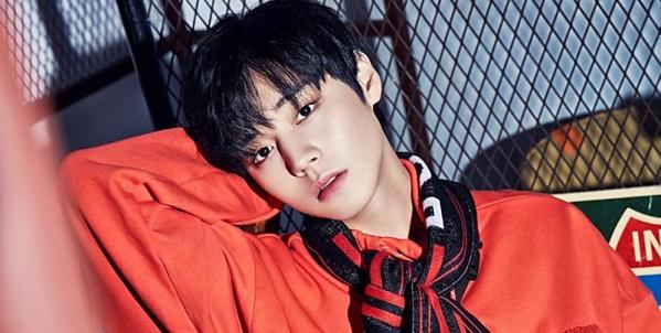 Vẻ ngoài đáng yêu nhưng không kém phần nam tính của chàng idol sinh năm 1999.