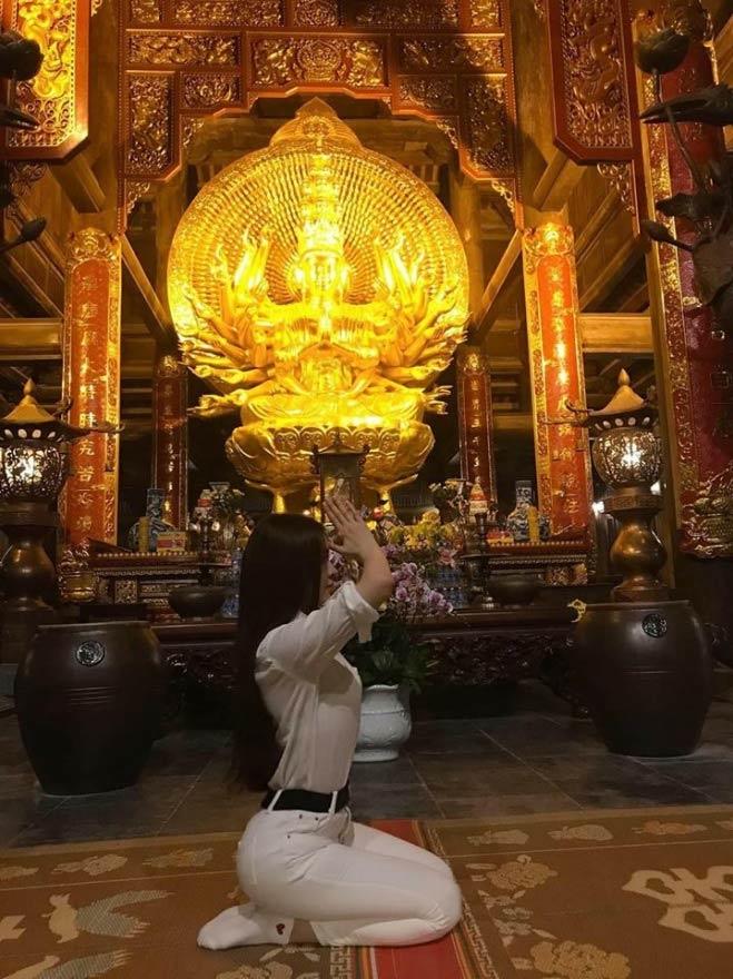 <p> Đi chùa để cầu bình an nhưng Thư Dung có bức ảnh không phù hợp. Nhiều người cho rằng Thư Dung cố tình ưỡn người để khoe đường cong.</p>