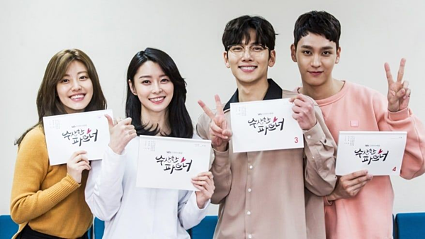 Kwon Nara (thứ 2 từ trái sang) cùng các gương mặt quen thuộc trong Suspicious Partner