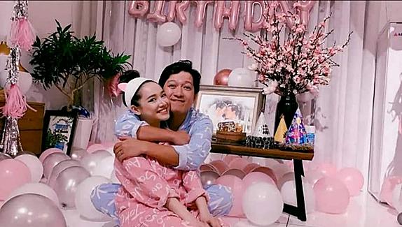 Trường Giang ôm chặt vợ trong tiệc sinh nhật.