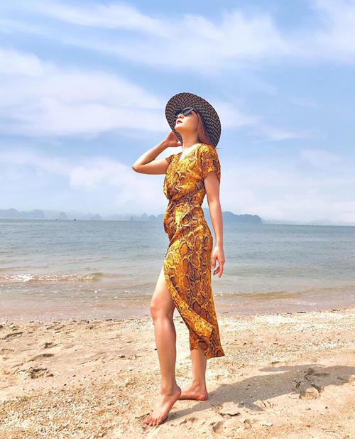 Bảo Thanh diện váy da trăn sang chảnh đi chơi biển.