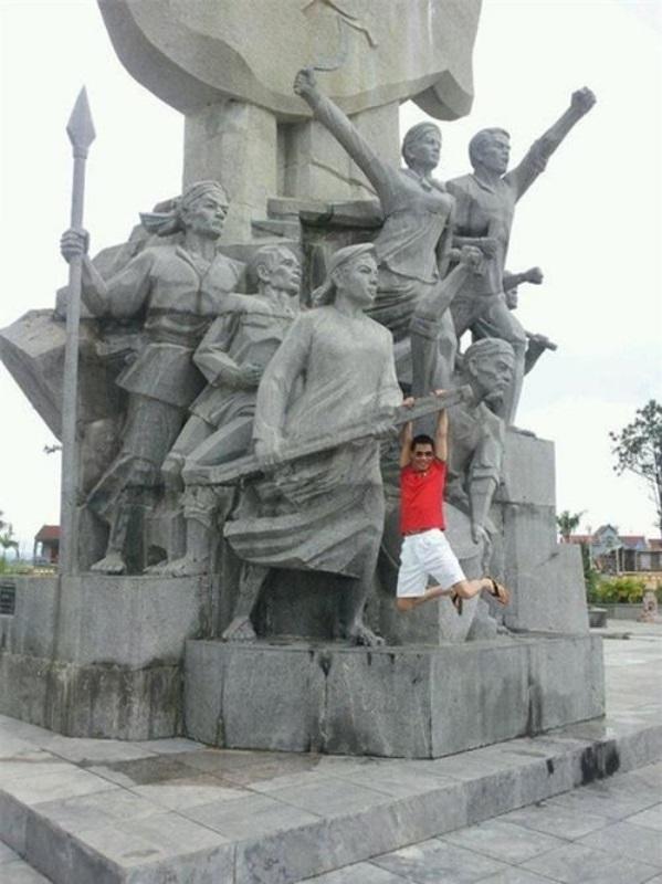 <p> Hiệp Gà từng gây phẫn nộ khi mặc quần đùi, áo phông, đánh đu trên tượng đài Xô Viết Nghệ Tĩnh.</p>