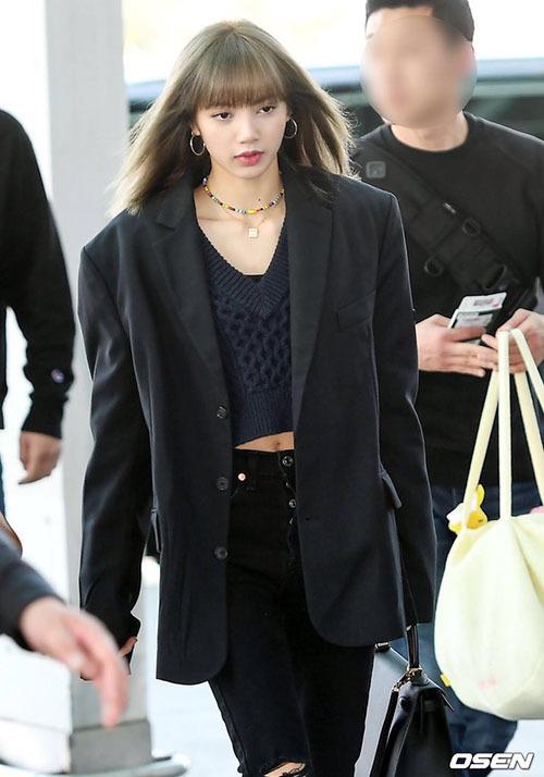 Những sợi tóc thẳng hàng, vào nếp giúp Lisa chống lại các cơn gió ở sân bay.