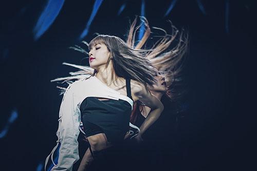 Phần tóc mái chỉn chu đến từng milimet của Lisa đang trở thành tâm điểm bàn tán của cộng đồng fan Kpop. Thành viên Black Pink thoải mái thực hiện các động tác vũ đạo mà không hề lo lắng tạo hình bị rối loạn.