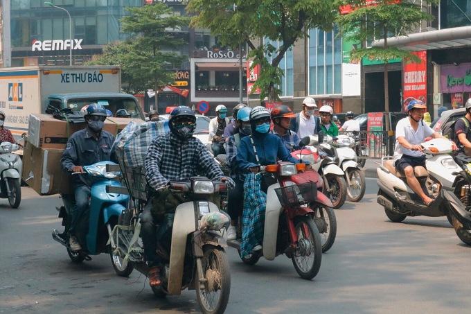 <p> Người dân trang bị mũ áo, khẩu trang che chắn cẩn thận khi ra đường.</p>