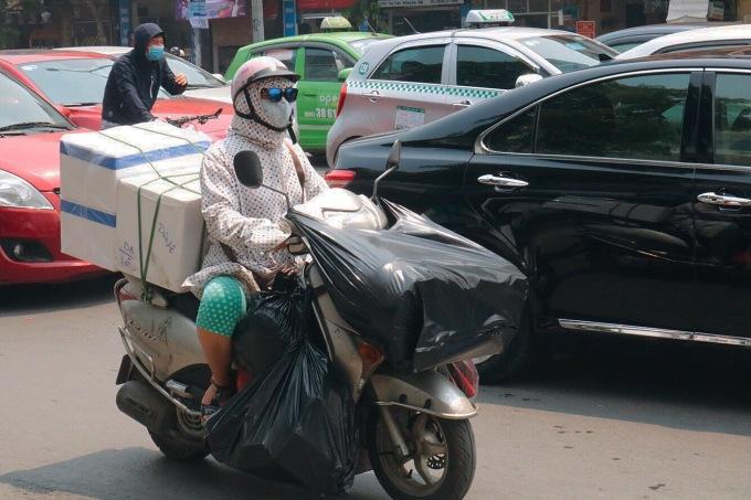 Người dân Hà Nội mệt mỏi di chuyển trong nắng nóng