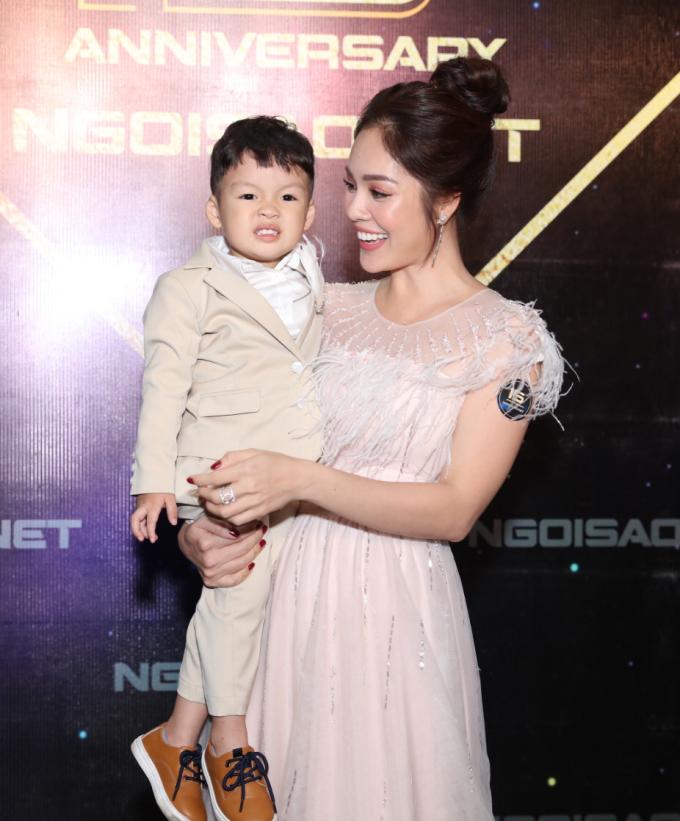 <p> Nhiều sao Việt cũng đưa con đến tham dự sự kiện. Dương Cẩm Lynh khoe cậu con trai William kháu khỉnh.</p>