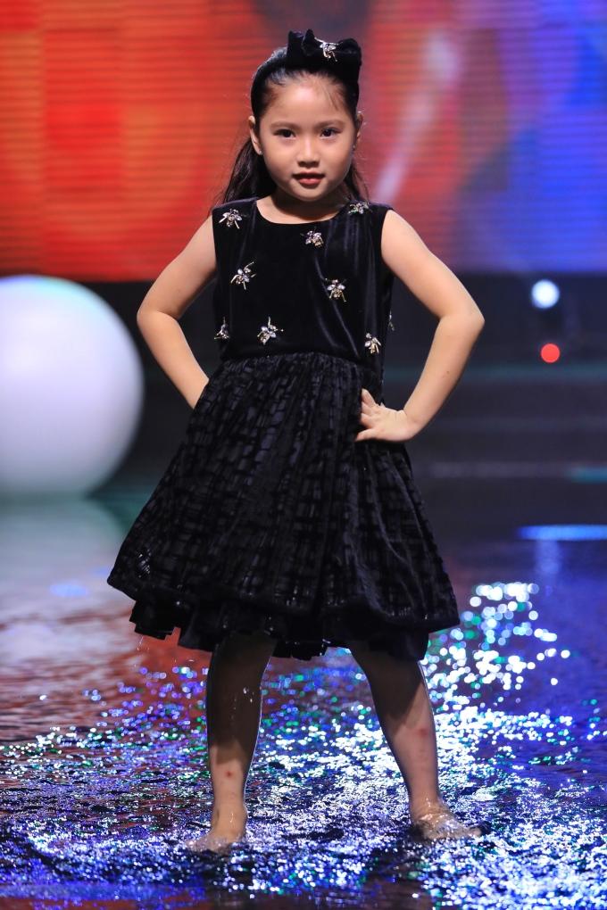 """<p> Mới 5 tuổi nhưng Khánh Vân đã lớn ra dáng """"hoa hậu tương lai"""". Cô nhóc thường xuyên được bố cho tham gia trình diễn ở các chương trình thời trang nhí.</p>"""