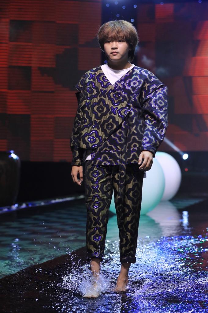 <p> Thiên Khôi - Quán quân Vietnam Idol Kids mùa 2 - có phần tăng cân hơn so với hồi gây sốt cùng MV <em>Đã lỡ yêu em nhiều</em>.</p>